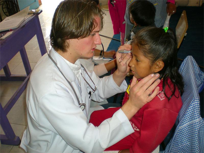 Stagiaire en médecine avec un enfant