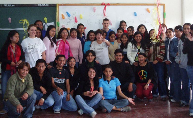 Volontaire avec des étudiants universitaires