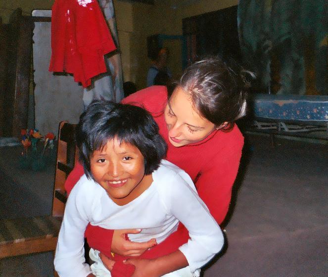 Volontaire avec un enfant