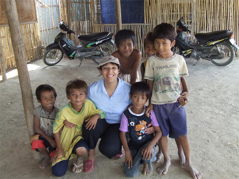 Volontaire avec des enfants au Cambodge