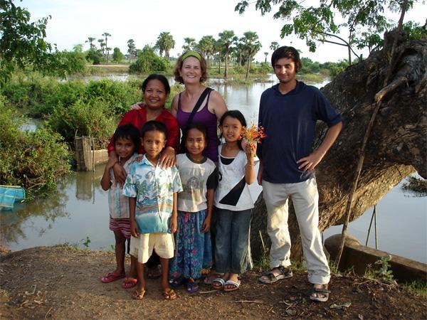 Volontaire avec sa famille d'accueil
