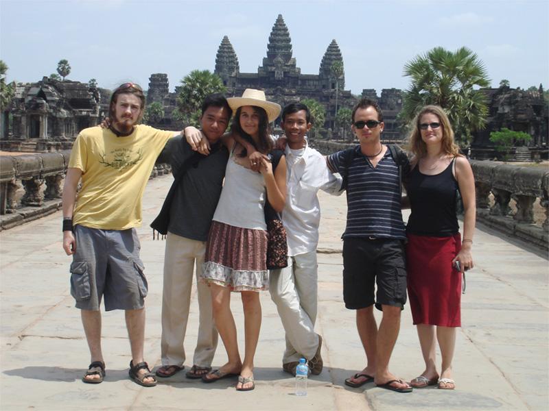 Volontaires visitent le temple Ankor Wat