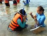 Volunteer gives swimming lessons