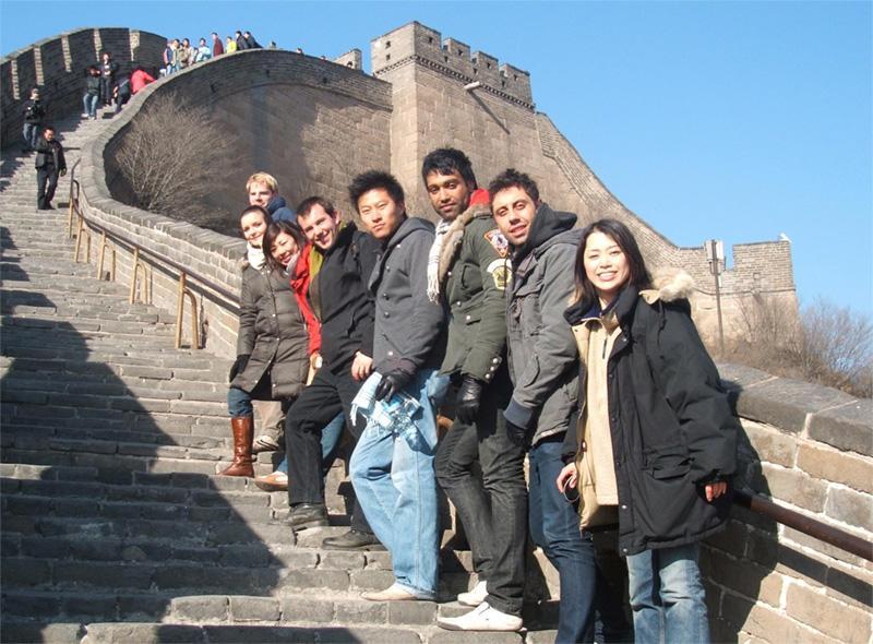 Volontaires devant la muraille de Chine