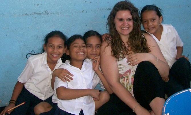Volontaire et ses élèves à Liberia