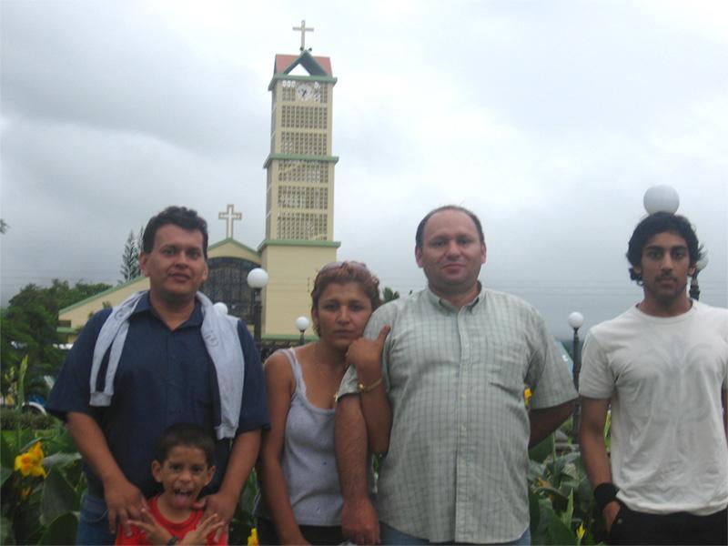 Volontaire avec sa famille d'accueil au Costa Rica