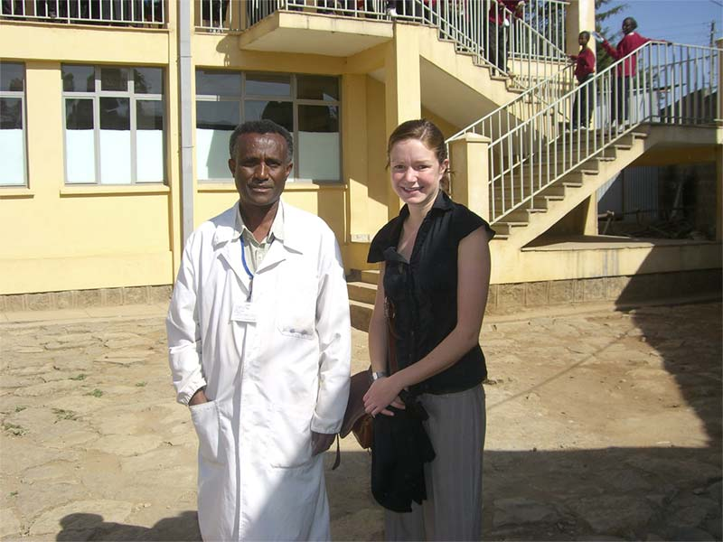 Un médecin en compagnie d'un volontaire