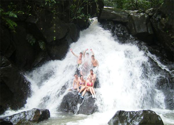 Détente sous une cascade d'eau aux Îles Fidji