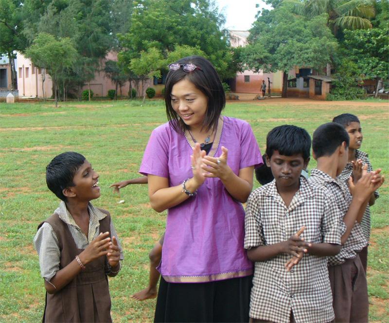 Volontaire avec des enfants en Inde