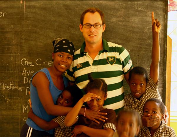 Volontaire avec le professeur et leurs élèves