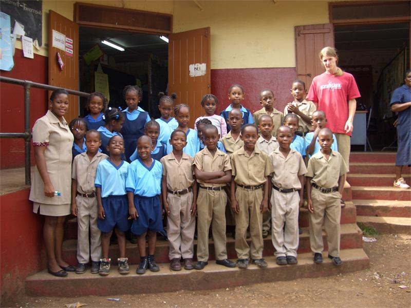 Volontaire avec les élèves de l'école en Jamaïque