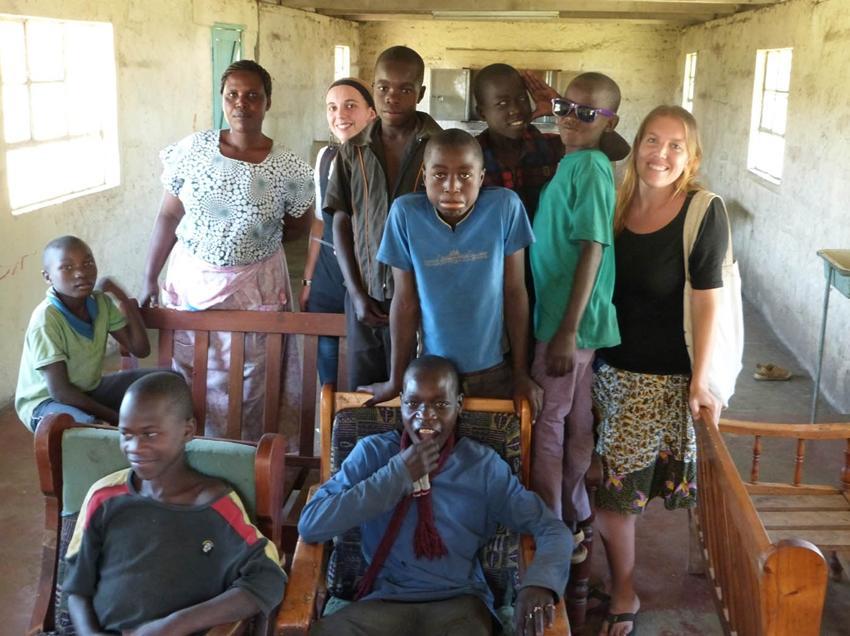 Volontaires et locaux en groupe au Kenya