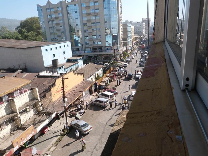 Vue de la rue d'un appartement au Kenya