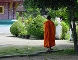 Un moine marche au sein d'un temple au Laos