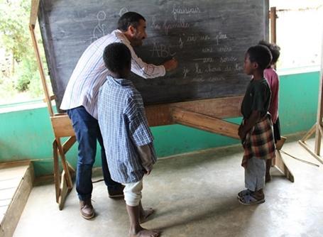 Un membre du personnel enseigne aux enfants