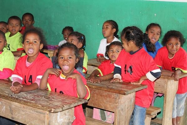 Des enfants sont assis dans une salle de classe