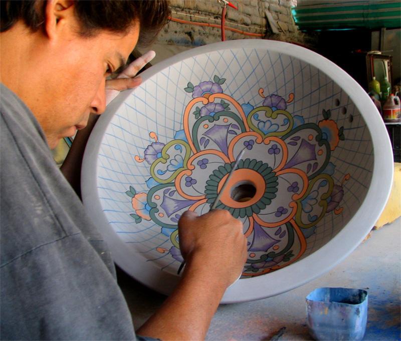 Peinture sur pots sur un atelier d'artisanat au Mexique