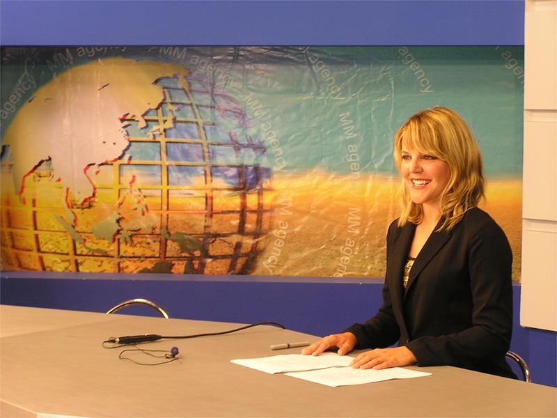 Volontaire sur une mission en journalisme présente le journal télévisé