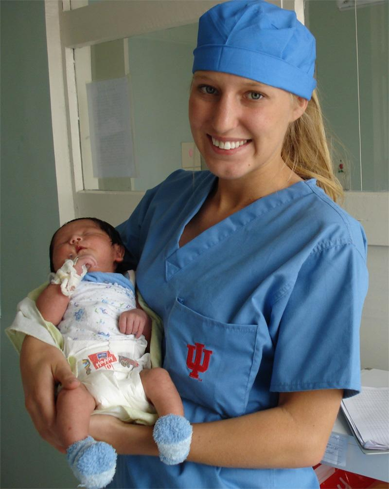 Stagiaire en médecine avec un nouveau-né en Mongolie