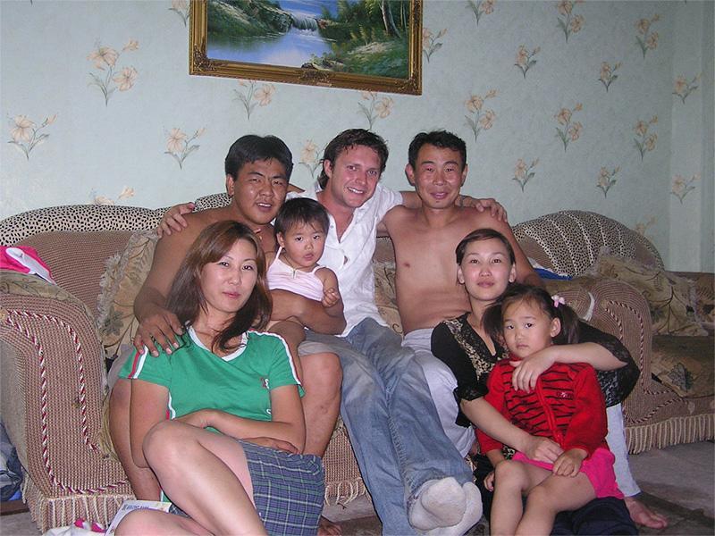 Volontaire avec sa famille d'accueil en Mongolie