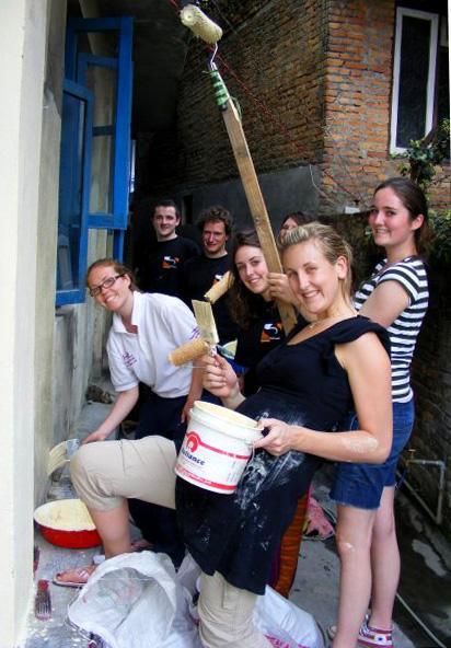 Des volontaires rénovent une école au Népal