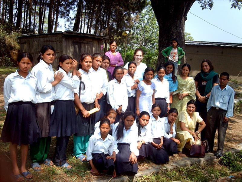 Volontaire avec les élèves de l'école au Népal