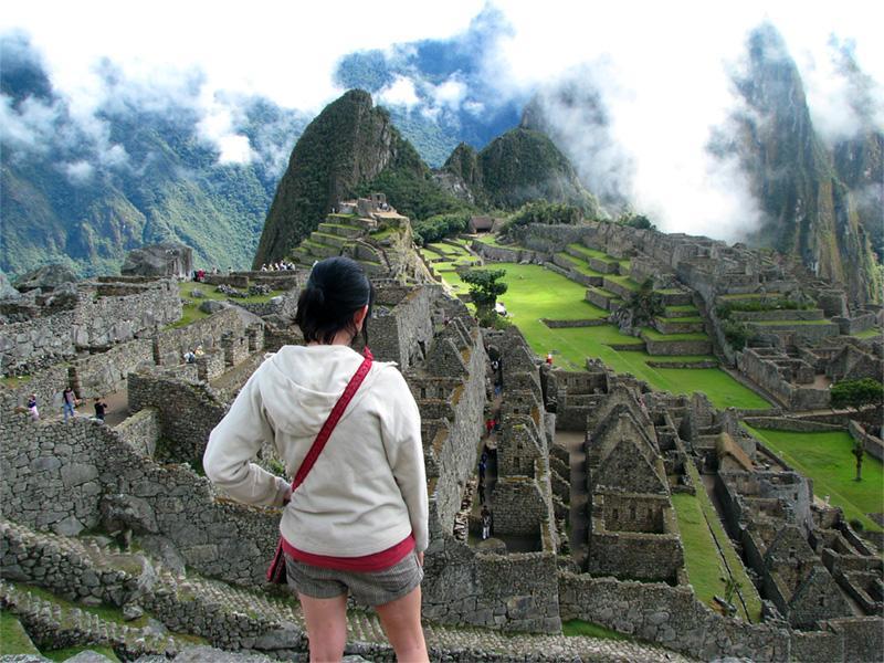 Volontaire sur le site du Machu Picchu, au Pérou