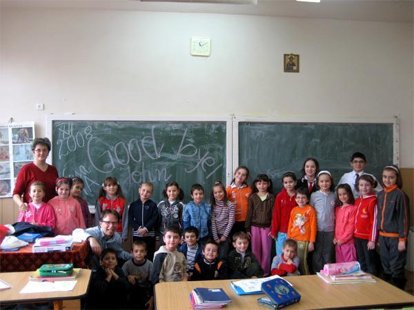 Volontaire avec ses étudiants en classe en Roumanie