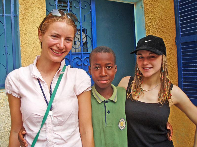 Deux volontaires avec un enfant au Sénégal