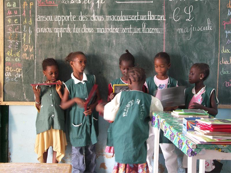 Jeunes élèves dans une école au Sénégal