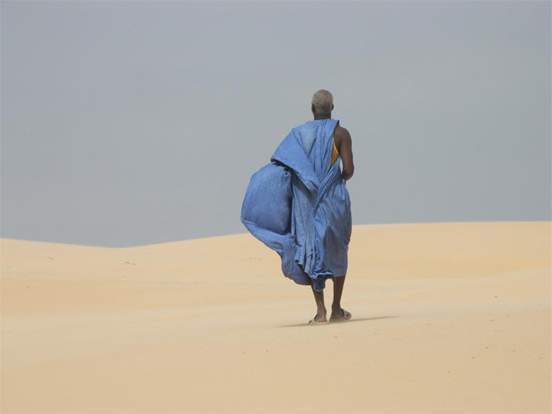 Un homme dans le désert, au Sénégal