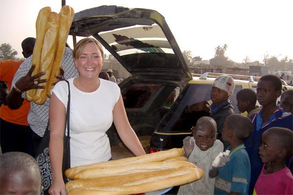 Une volontaire distribue de la nourriture à des enfants de rue