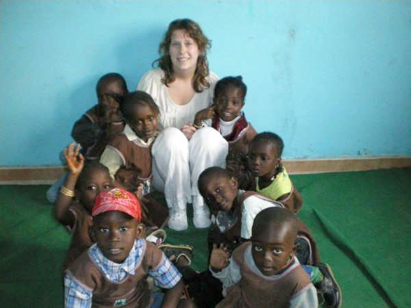Volontaire avec des enfants au Sénégal