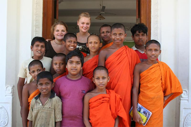 Volontaire avec ses élèves au Sri Lanka