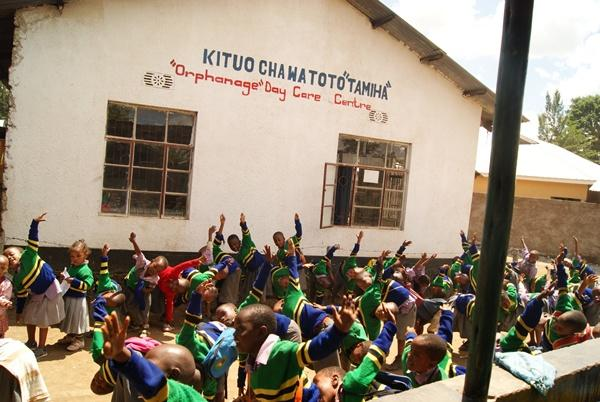 Élèves devant une école en Tanzanie
