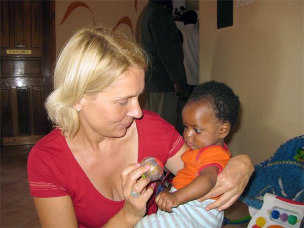 Volontaire sur une mission humanitaire avec un bébé en Tanzanie