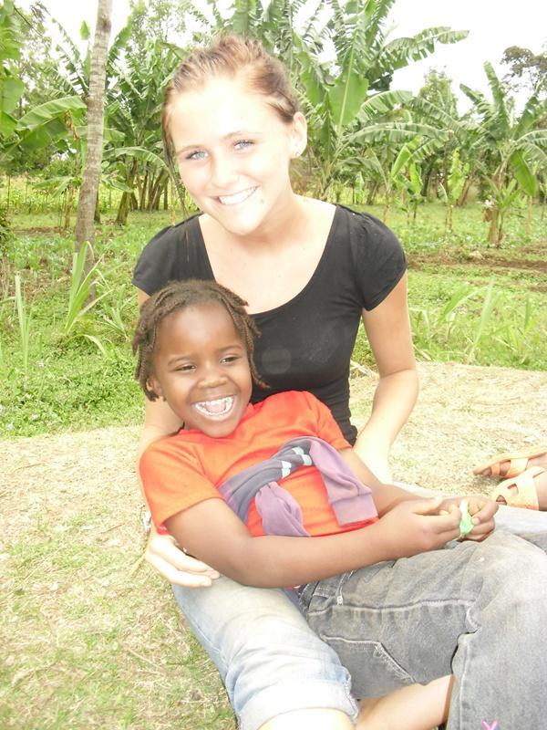 Volontaire avec une enfant en Tanzanie