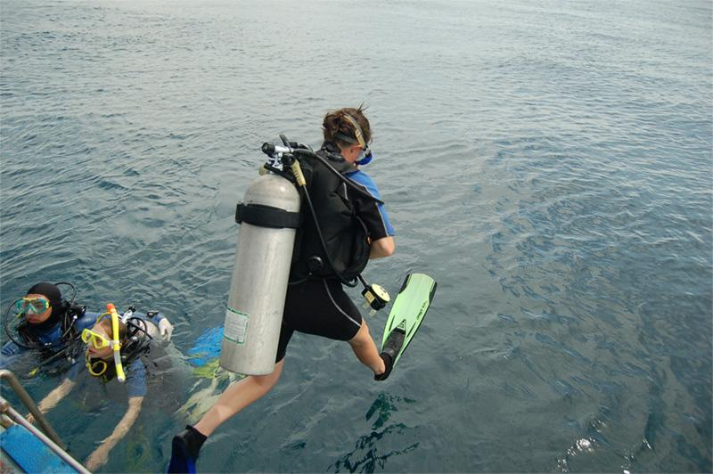 Volontaire plonge dans le cadre de la mission d'écovolontariat en Thaïlande