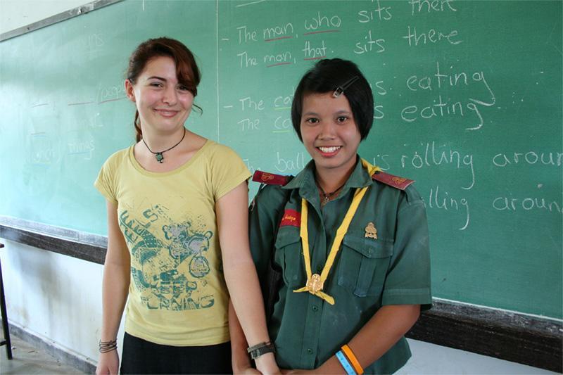 Volontaire avec une étudiante en Thaïlande