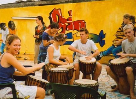 Volontaire lors d'une leçon de tam tam au Togo