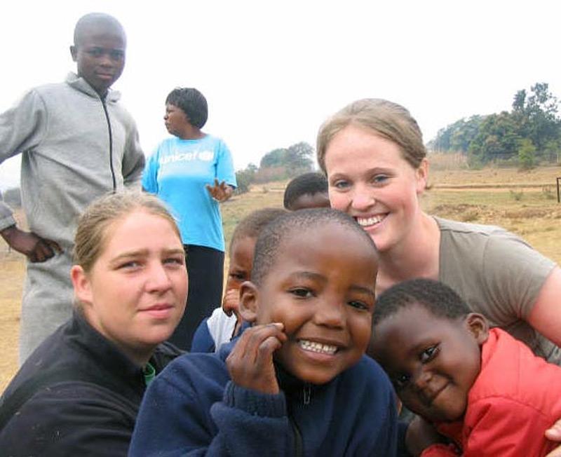 Volontaire en action auprès d'enfants