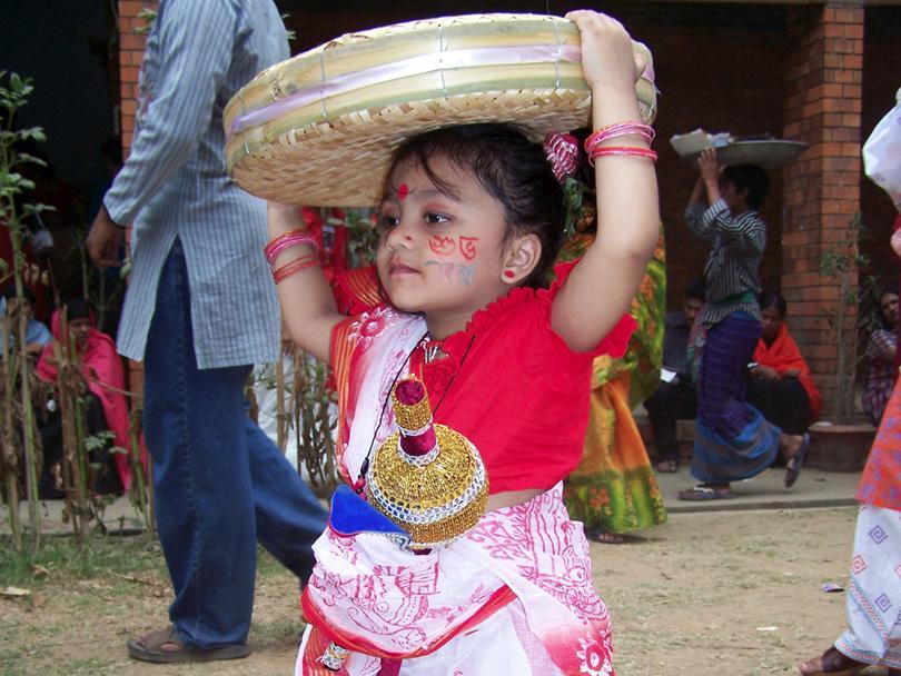 Une petite fille lors de la soirée du nouvel an, au Bangladesh