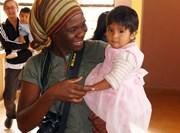 Volontaire auprès d'un bébé