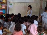 Volontaire donnant une classe