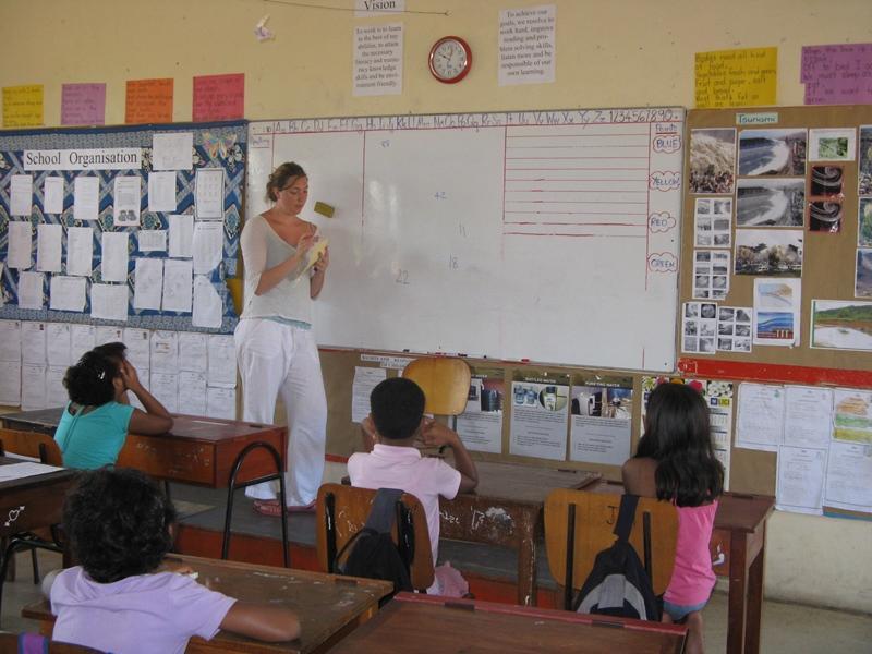 Volontaire donnant un cours