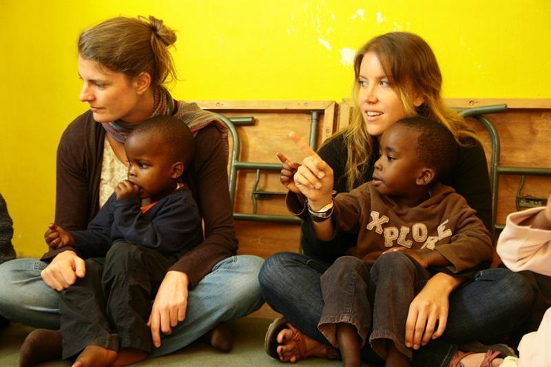Bénévoles en orphelinat
