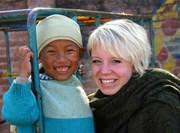 Volontaire jouant avec un enfant