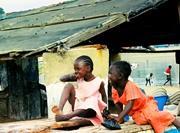 Petites filles sénégalaises jouant
