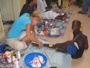 Volontaire dispensant des soins