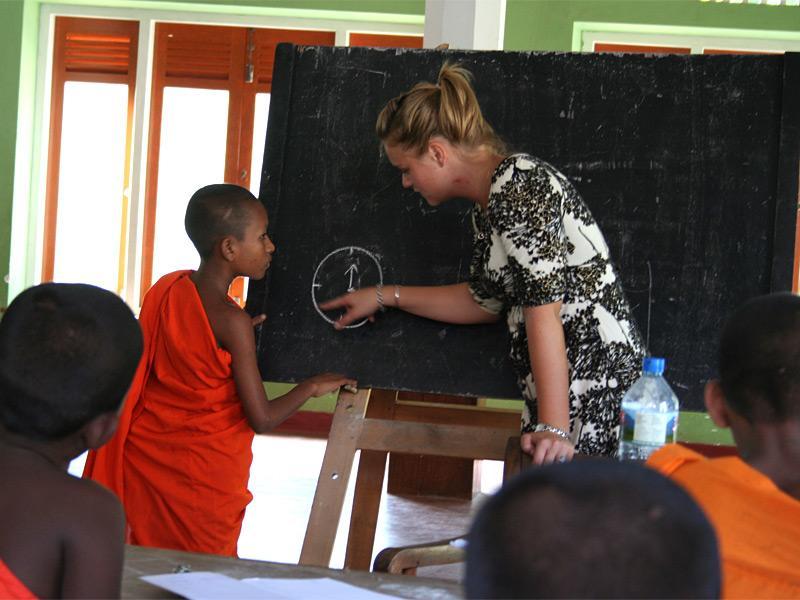Volontaire faisant la classe